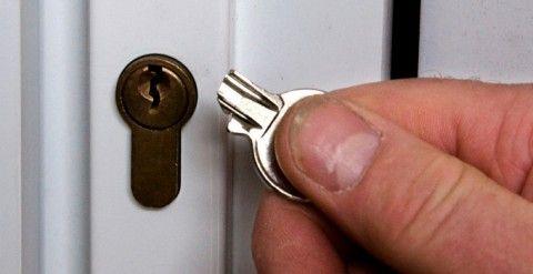 kak-slomat-dvernoy-zamok-480x247.jpg
