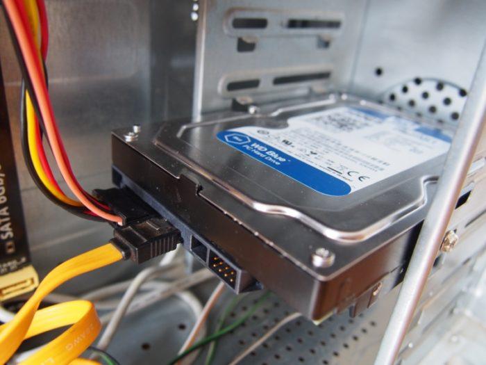 Izuchaem-raspolozhenie-i-podkljuchenie-kabelej-k-disku-i-akkuratno-vytaskivaem-ih-iz-razemov-e1536241609795.jpg