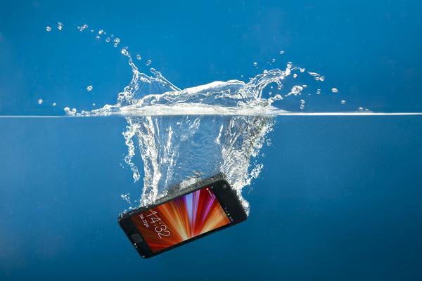 chto-delat-esly-v-smartfon-popala-voda.jpg