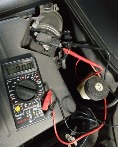 9-проверка-датчика-расхода-воздуха-мультиметром.jpg
