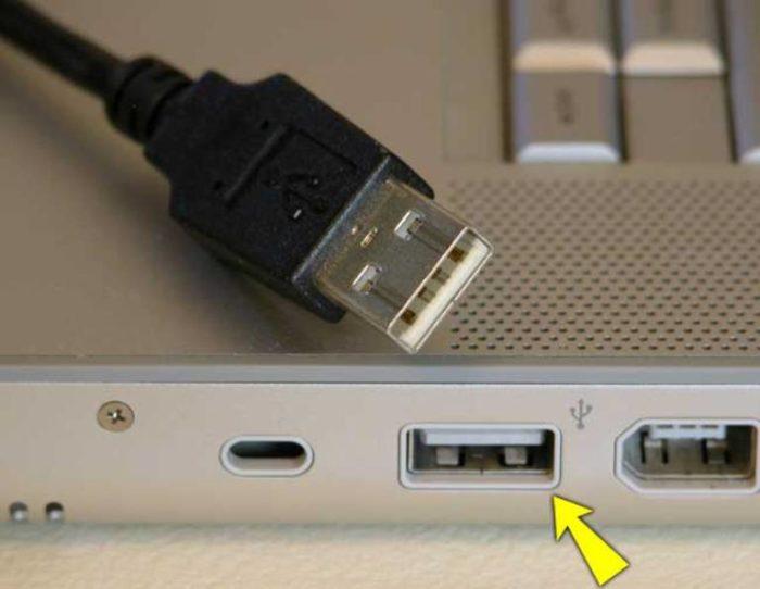 Podkljuchaem-USB-kabel-veb-kamery-k-odnomu-iz-portov-USB-kompjutera-raspolozhennyh-na-bokovoj-perednej-ili-zadnej-paneli-e1534247691290.jpg