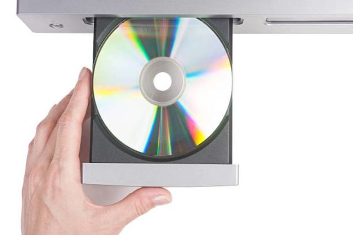 Vstavljaem-kompakt-disk-idushhij-vmeste-s-veb-kameroj-v-privod-CD-DVD-e1534249758186.jpg