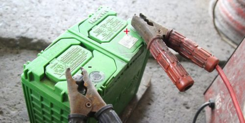 Пример-подключения-аккумулятора-к-зарядному-устройству-500x252.jpg