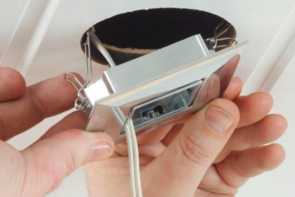 samostoyatelnaya-ustanovka-vstraivaemogo-v-potolok-svetilnika-600x400.jpg