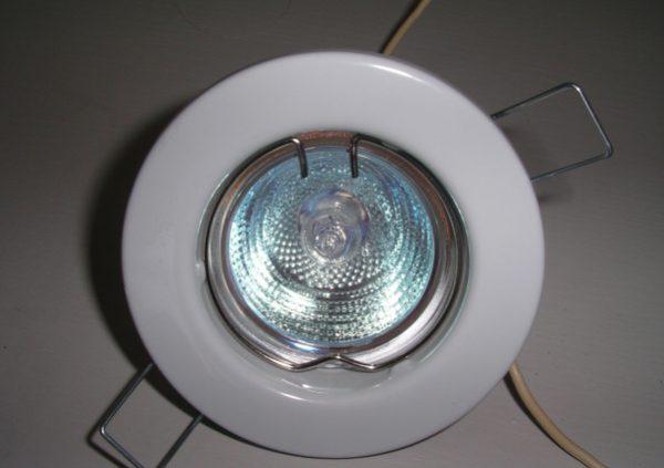 galogennyj-tochechnyj-svetilnik-e1530220316374-600x423.jpg