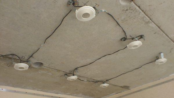 prokladka-provodov-pod-ustanovku-tochechnyx-svetilnikov-600x338.jpg