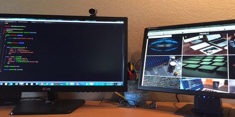 Imeja-dva-monitora-na-odnom-iz-nih-mozhno-derzhat-otkrytym-redaktor-koda-a-na-drugom-okna-brauzerov.jpg