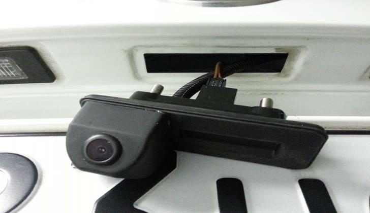 kreplenie-kamery-zadnego-vida-k-bagazhniku.jpg