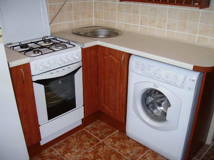 Стиральная-машина-на-маленькой-кухне.jpg